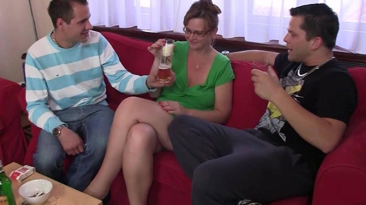 Порно категории выебали друзья пьяную зрелку