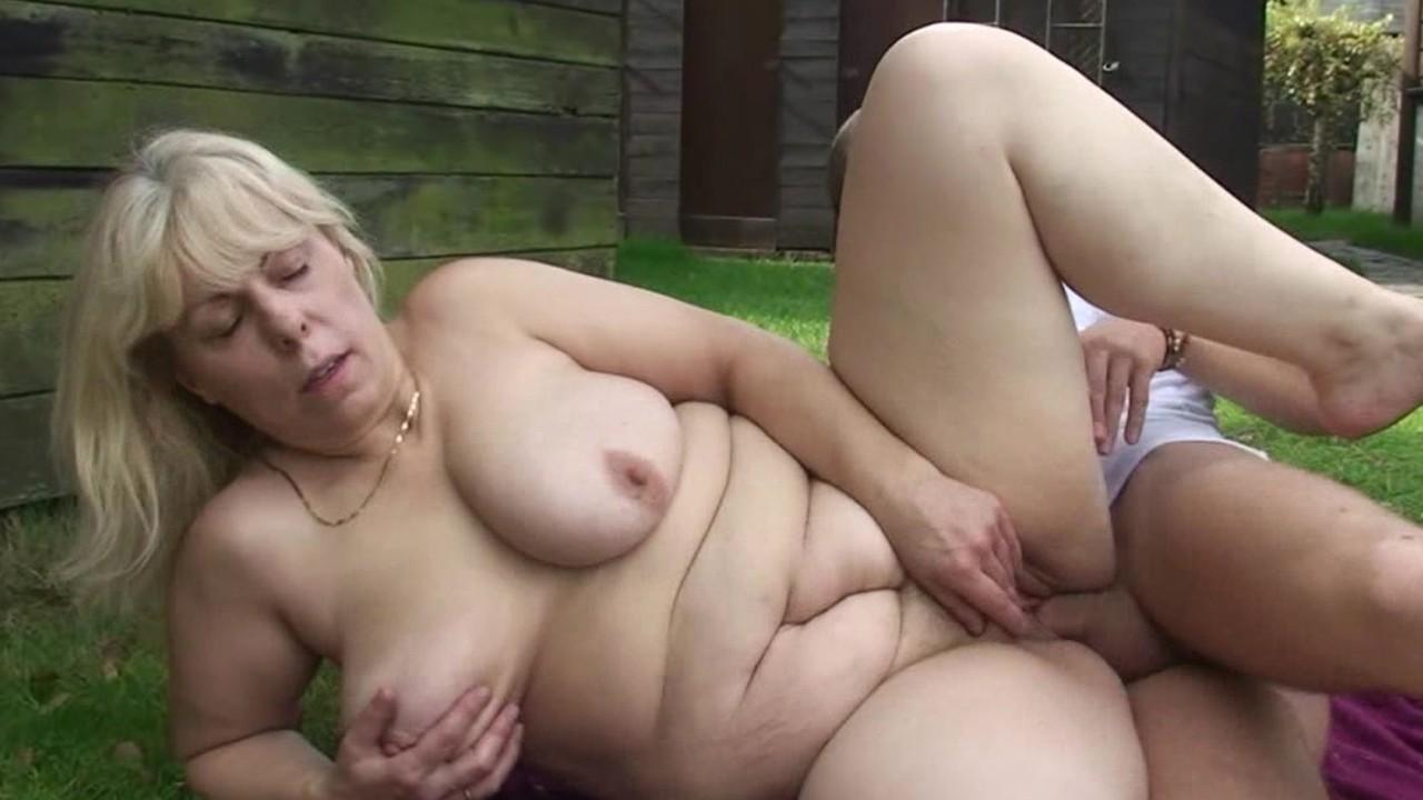 Пьяная Длинноволосая Блондинка И Парень В Чёрной Футболке Занимаются Развратным Порно В Клубе Смотре