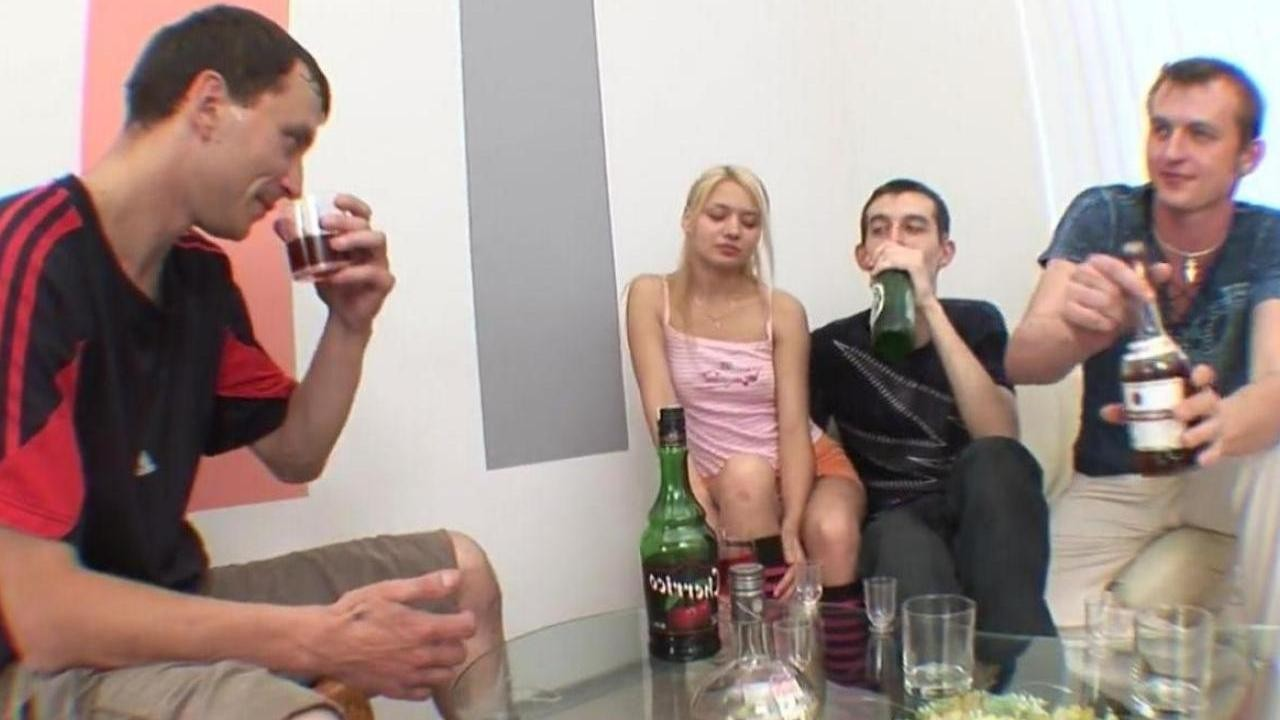 polnometrazhnie-paren-snyal-devushku-s-shampanskim-russkoe-gruppovoe-porno-devka-porno-parke